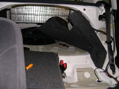A kábelek átvezetéséhez jócskán ki kell kapni a kocsi belsejét