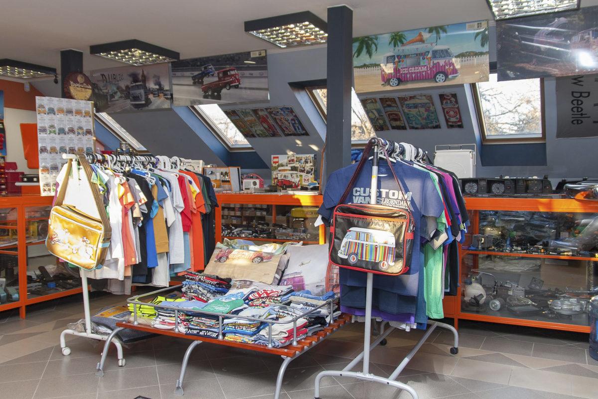Az üzletben volkswagenes ruhanemű és egyéb kiegészítők is nagy választékban kaphatók